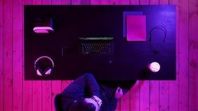 Videospel missbrukar hållande ögonen på videospelströmmar på nigth stock video