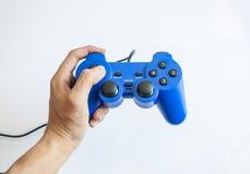 Videospelkonsolkontrollant i gamerhänder Arkivbild