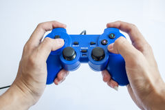 Videospelkonsolkontrollant i gamerhänder Arkivbilder