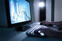 Videospelspelare som spelar fpsvideogamen direktanslutet Grabb med datoren för skrivbords- PC Esports, trycknings- eller cyberspo fotografering för bildbyråer