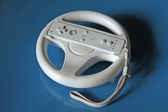 Videospielcontroller auf blauem Hintergrund Stockfoto