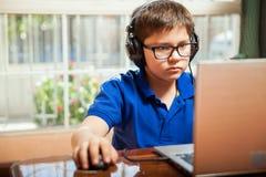 Videospiele zu Hause spielen lizenzfreie stockbilder