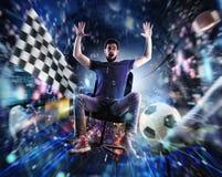 Videospieljunkiekerl betritt eine virtuelle Welt lizenzfreies stockfoto