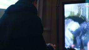 Videospielspieler breites Fernsehen, das den Spaß spielt Steuerknüppelnacht hat stock video footage