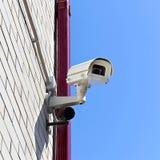 Videotoezichtcamera op een muur van het gebouw Royalty-vrije Stock Afbeelding