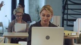 Videovraag facetime het babbelen mededeling in moderbureau stock footage