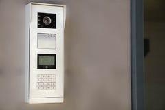 Videowechselsprechanlagenanzeige nahe der Einstiegstür Das Konzept der Sicherheit lizenzfreie stockfotos