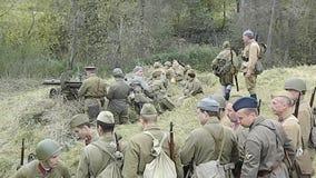 Videowederopbouw van slag van Wereldoorlog 2 van 1941 tussen Nazitroepen en kadetten van de militaire Universiteit van Podolsk stock video