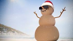 Videozusammensetzung mit Schnee über Sandmann mit Sankt-Hut auf Strand vektor abbildung