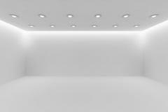Videz au loin la pièce blanche avec de petites lampes rondes de plafond Photos libres de droits