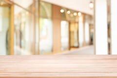 Videz de la table en bois avec la tache floue la manière ou le couloir de promenade dans le bâtiment pour l'achat photographie stock libre de droits