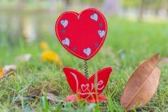 Videz des formes de coeur de cadre de tableau sur l'herbe verte Photographie stock libre de droits