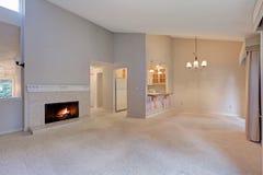 Videz l'espace vital avec le plafond voûté et les murs gris Images stock
