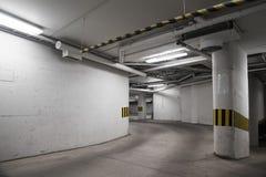 Videz l'intérieur concret souterrain de stationnement Photographie stock