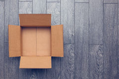 Videz la boîte ouverte sur la surface en bois avec l'espace vide Images libres de droits