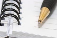 Videz la boucle blanc, bloc-notes spiralé, plan rapproché de crayon lecteur d'or Photos libres de droits