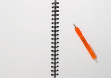 Videz la boucle blanc, bloc-notes spiralé, un crayon lecteur orange Photos libres de droits
