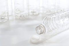 Videz la bouteille d'eau jetée de plastique de détritus Image libre de droits