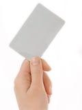 Videz la carte de visite professionnelle de visite dans la main d'une femme Image stock