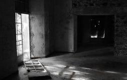 Videz la chambre d'hôtel abandonnée Images stock