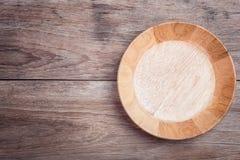 Videz la cuvette en bois sur la vue supérieure en bois de table Photographie stock libre de droits