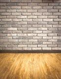 Videz la perspective intérieure avec le parqu grunge de mur de briques et en bois photo libre de droits