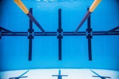 Videz la piscine extérieure olympique de 50m de l'eau du fond Photos stock