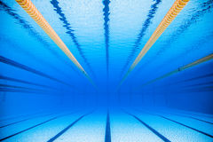 Videz la piscine extérieure olympique de 50m de l'eau du fond Images stock