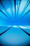Videz la piscine extérieure olympique de 50m de l'eau du fond Photo stock