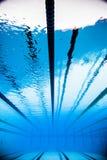 Videz la piscine extérieure olympique de 50m de l'eau du fond Images libres de droits