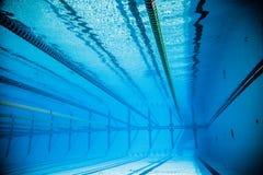 Videz la piscine extérieure olympique de 50m de l'eau du fond Photos libres de droits
