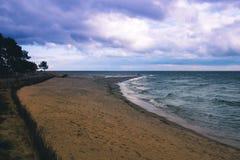 Videz la plage arénacée de mer au crépuscule au coucher du soleil, avant la tempête image libre de droits