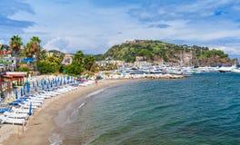 Videz la plage sablonneuse de Lacco Ameno, île d'ischions Photographie stock