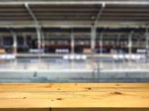 Videz la plate-forme d'espace en bois de table et la station de train brouillée plat Images libres de droits