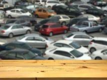 Videz la plate-forme d'espace en bois de table et le lo extérieur brouillé de stationnement Images libres de droits