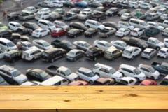 Videz la plate-forme d'espace en bois de table et le lo extérieur brouillé de stationnement Image libre de droits