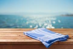 Videz la table en bois au-dessus du fond de bokeh de plage de mer Pique-nique d'été sur le fond de plage Photo stock