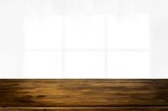 Videz la table en bois et espacez le fond blanc, le montage d de produit Photos libres de droits