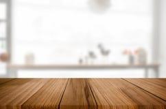 Videz la table en bois et espacez le fond blanc, le montage d de produit Images libres de droits