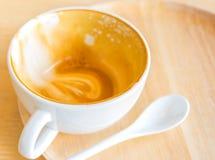Videz la tasse blanche de latte chaud de café sur la table en bois Image libre de droits