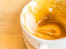 Videz la tasse blanche de latte chaud de café sur la table en bois Images stock