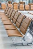Videz le banc dans des vols de départ attendant le hall Image stock