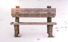 Videz le banc en bois en parc à l'hiver photographie stock
