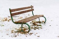 Videz le banc en bois en parc à l'hiver photo libre de droits