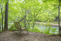 Videz le banc par la rivière Image libre de droits