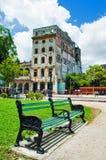 Videz le banc sur le vieux parc de La Havane photographie stock libre de droits