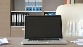 Videz le bureau moderne avec un ordinateur portable sur le bureau banque de vidéos