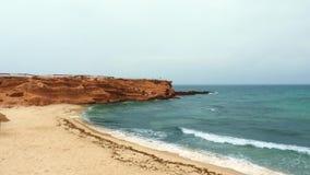 Videz le cap rocheux avec la plage sablonneuse près de la mer onduleuse clips vidéos