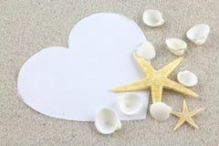 Videz le coeur et les étoiles de mer blancs sur la plage Images stock