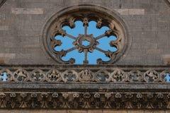 Videz le détail de fenêtre rose dans la façade principale de la chaise de Léon Photographie stock libre de droits